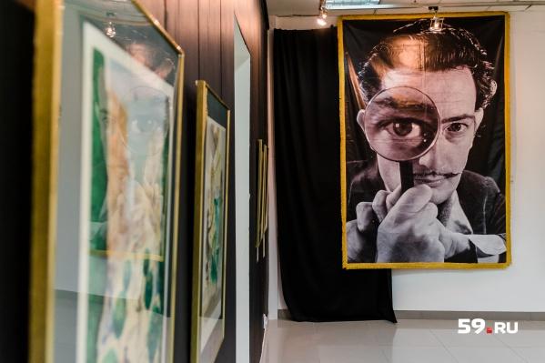 Известный портрет Сальвадора Дали. Мэтр словно присутствует в зале и наблюдает за зрителем