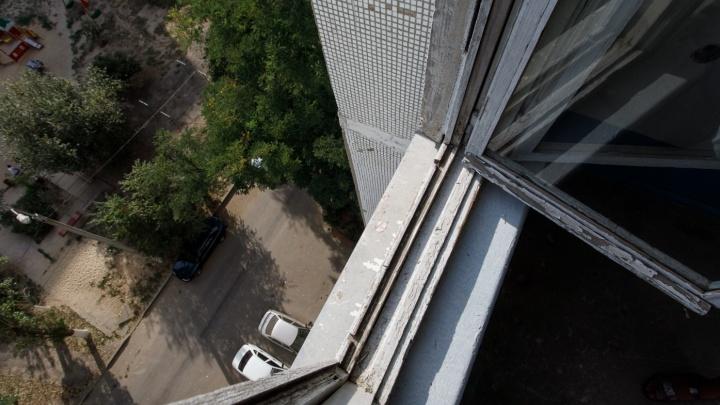 В Волгограде выпала из окна 14-летняя школьница