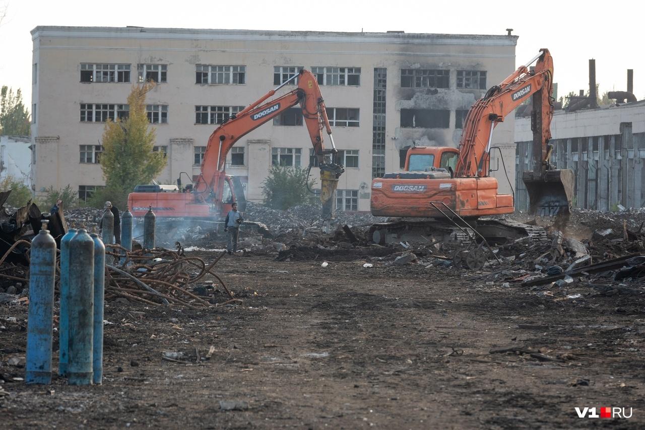 Расчищают руины тракторного несколько десятков человек и четыре единицы спецтехники