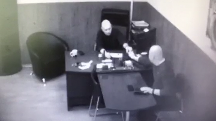 ФСБ обнародовала видео, как челябинский чиновник берёт взятку