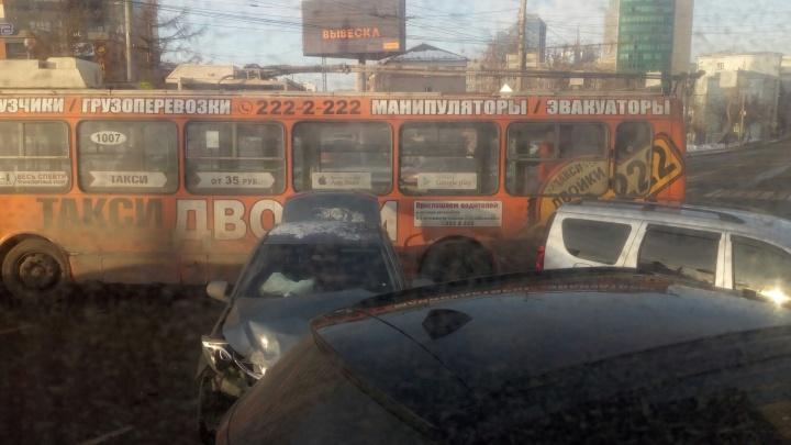 Шесть машин и троллейбус: крупная авария парализовала движение в центре Челябинска