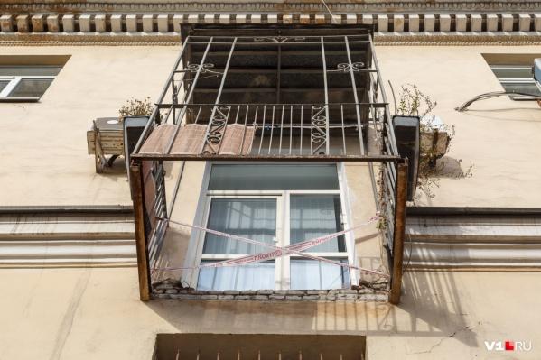 Дом на улице Мира, 13 потерял уже несколько балконов