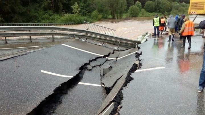 На федеральной трассе Пермь - Екатеринбург из-за ливней рухнул мост
