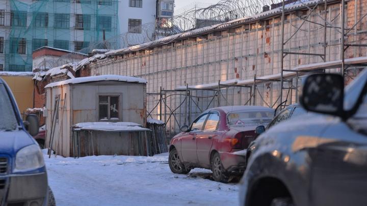 Стены СИЗО у Центрального стадиона закрыли строительными лесами