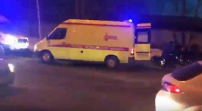 Девушку и парня увезли в больницу на скорой