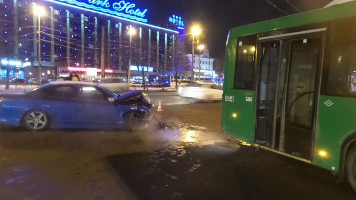 Напротив ЖД вокзала иномарка протаранила не пропустивший её автобус
