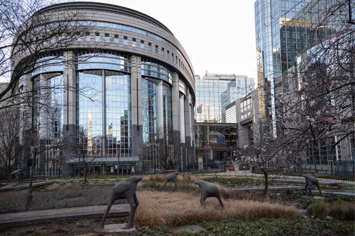 В Брюсселе живет много иностранцев, которые работают на евроинституты