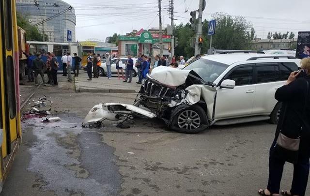 В ВолгоградеLand Cruiser протаранил трамвай: движение транспорта приостановлено — смотрите видео