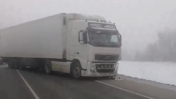 Осталась одна полоса: на выезде из Волгограда из-за ДТП с фурой образовалась трехкилометровая пробка