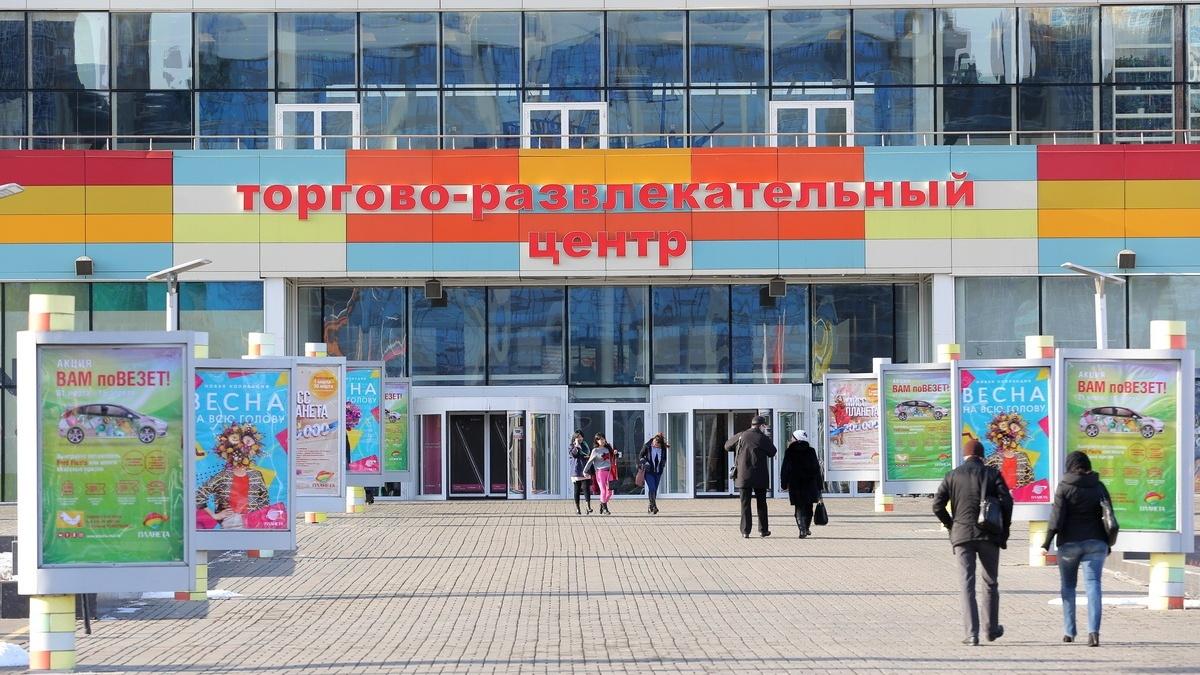 """Сегодня крайне сложно представить жизнь среднестатистического красноярца без гипермаркетов и торговых центров — они стали такими привычными, что кажется, будто существовали в Красноярске всегда. <b class=""""_"""">А помните ли вы, в каком году в нашем городе открылся ТРЦ «Планета»?</b>"""
