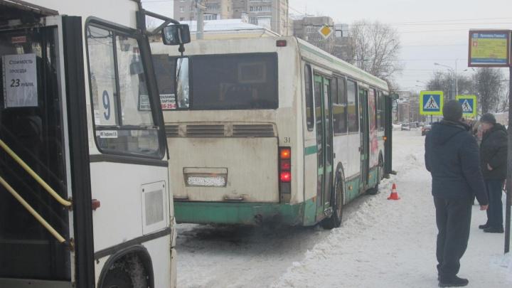 Водитель автобуса зажал ногу выходившей пассажирке: женщину увезли на скорой
