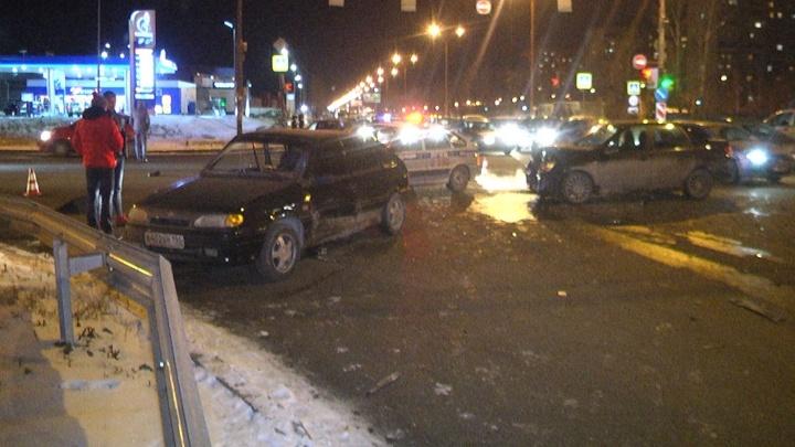 Оба ехали на моргающий зелёный: на Юго-Западе столкнулись два отечественных авто