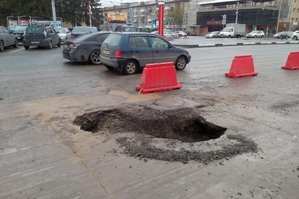 Из-за провала автомобили встали в пробку на Красном проспекте