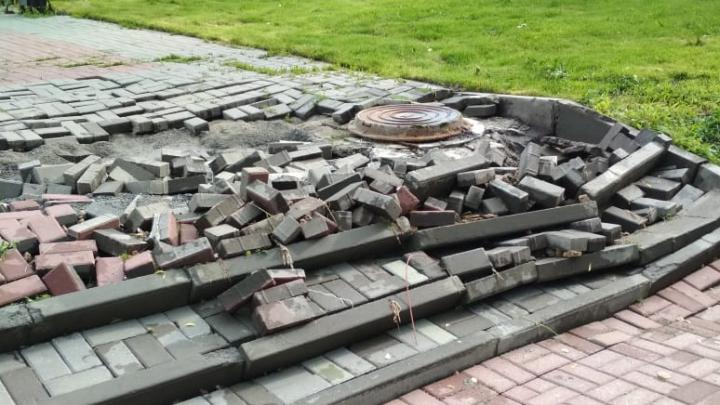 Фото: дождевая вода смыла ступеньки и плитку возле памятника императору