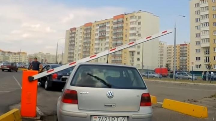 «Посмотреть видео — 500 рублей»: машину челябинца огрело шлагбаумом на парковке бизнес-центра