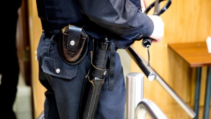 В Ярославской области мужчина с ножом порезал полицейского: первые подробности