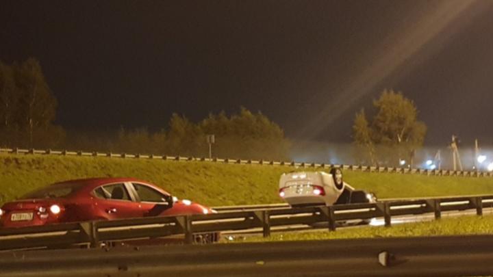 В ночном ДТП в Ярославле перевернулась иномарка
