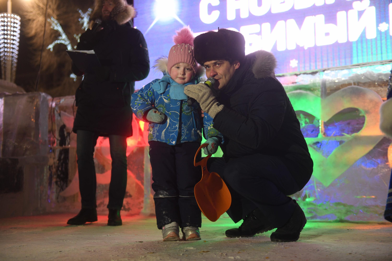 Ледовый городок в 2019 году открывали мэр Александр Высокинский и маленькая девочка, которую он пригласил на сцену