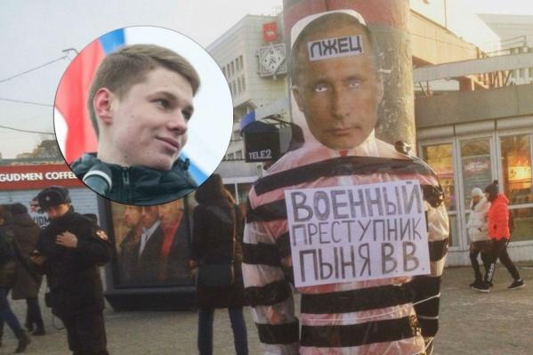 Александр Шабарчин хорошо известен пермякам своими яркими акциями — «Дай пять, если против Путина» и «Посигналь, если против Путина»