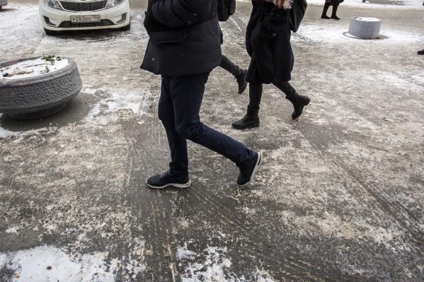 Нужно очень постараться, чтобы не упасть на скользких новосибирских улицах