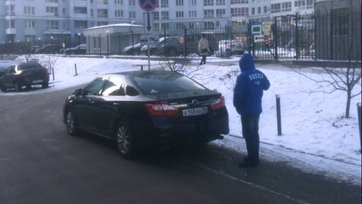 «Я паркуюсь как...»: публикуем фотоавтохамов-соседей, чиновников и ленивых водителей