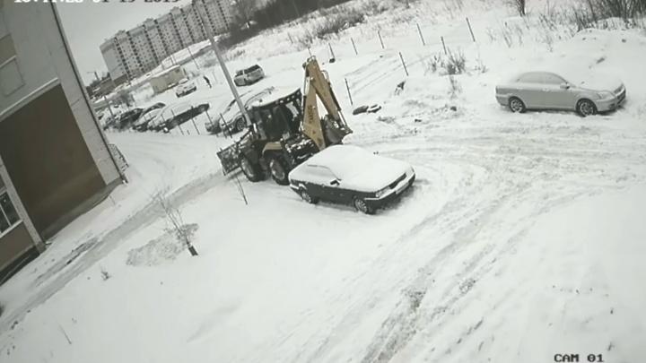 В Ярославле трактор таранит автомобили, припаркованные во дворе