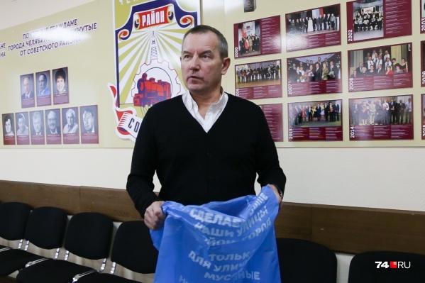 Владислав Макаров показал, насколько прочен мешок. Для убедительности глава Советского района был даже готов посадить в него кого-то из журналистов