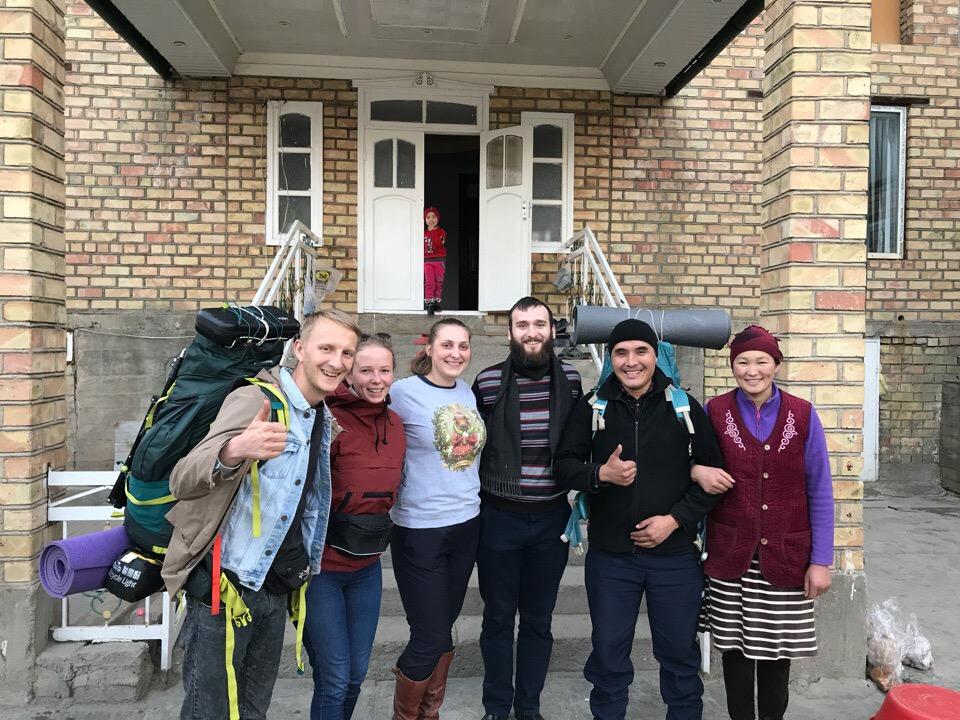 Справа налево: жена Жанибека Асель, Жанибек, Артём и Лера — путешественники из Белоруссии, которые гостили у него после Даши и Ильи. Ну и сами Даша с Ильёй