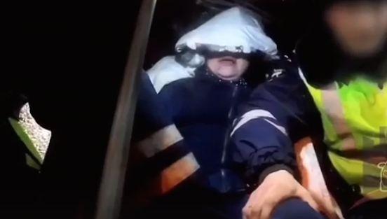Неадекватная пьяная женщина плевалась в сотрудников ГИБДД и кричала на них матом