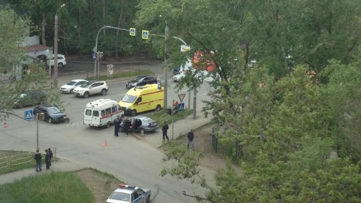 Маму с ребёнком увезли на реанимобиле: на перекрёстке в Челябинске столкнулись Chevrolet и «Лада»