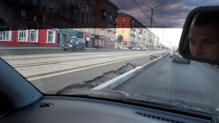 «Только положили»: горожане заметили провал асфальта на Красрабе