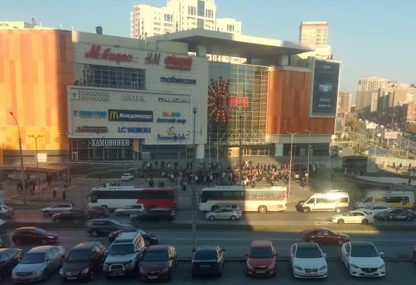 Из торгового центра «Аура» вывели толпу людей
