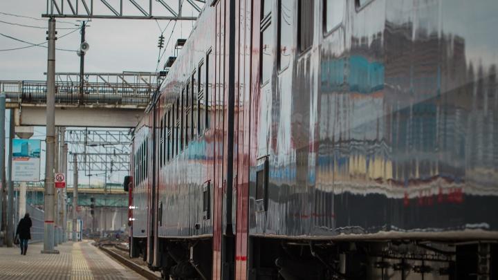 Упала под поезд: в Шахтах будут судить проводника, пытавшегося посадить человека в движущийся вагон