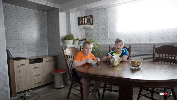 «Им без мамы не выжить».Бывший воспитатель приюта в Осе взяла в семью мальчиков с синдромом Дауна