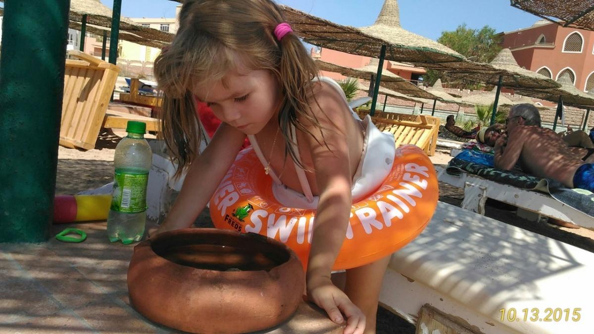 Дочка Вероники в первый их приезд в Египет