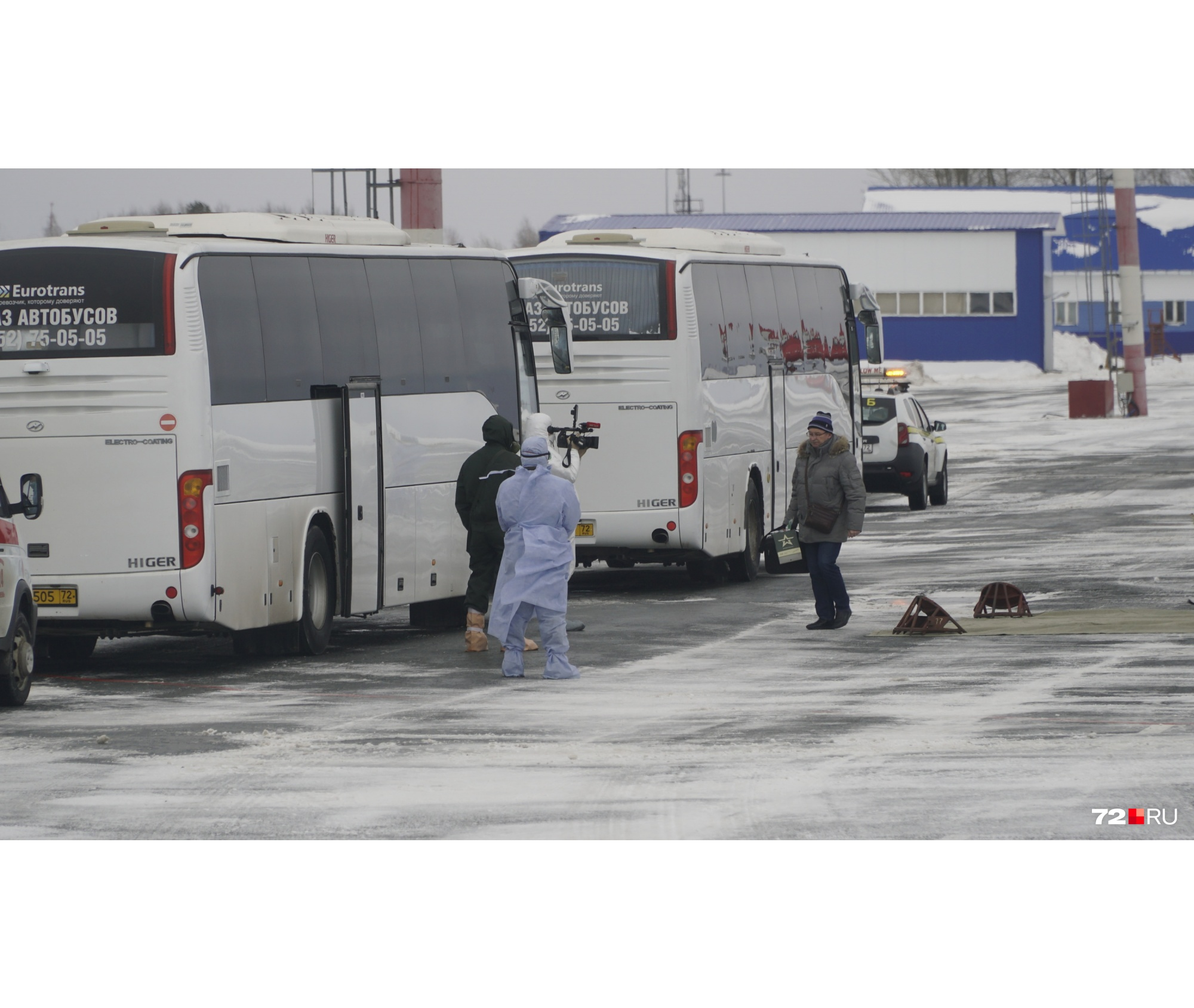 По одному пассажиры садились в автобусы, после того как у них проверили документы и состояние здоровья