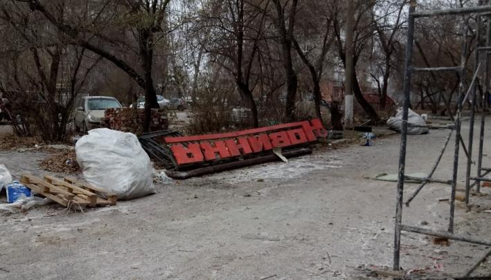 Раритетную вывеску «Новинка» на Иртышской набережной вернут на место после ремонта фасада