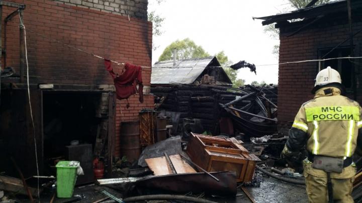 Крупный ночной пожар в Уфе: спасатели обнаружили на пепелище тело мужчины