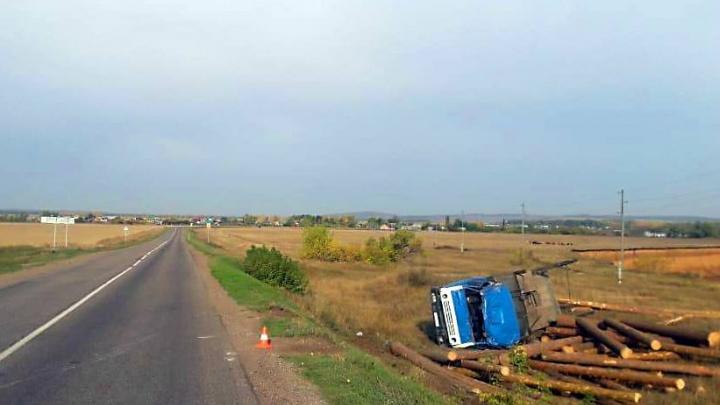Отказали тормоза: в Башкирии перевернулся грузовик с бревнами