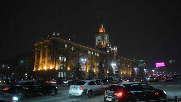 Снегопад в Екатеринбурге только начался, а город уже замер в глухих пробках
