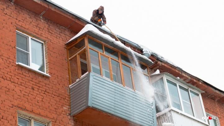 В Самаре предложили заставить УК убирать козырьки балконов от снега