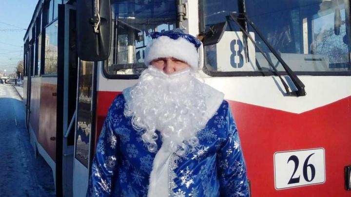 Водитель омского трамвая стал выходить на работу в костюме Деда Мороза
