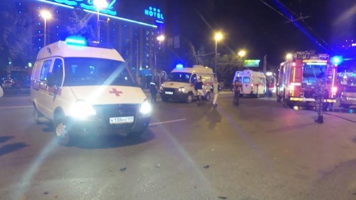 Три человека пострадали при жутком столкновении иномарки и мотоциклау вокзала в Екатеринбурге