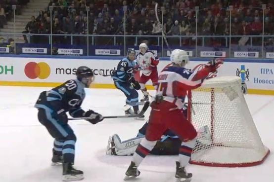 В первом периоде голы в ворота сибиряков забили Андрей Кузьменко и Сергей Шумаков