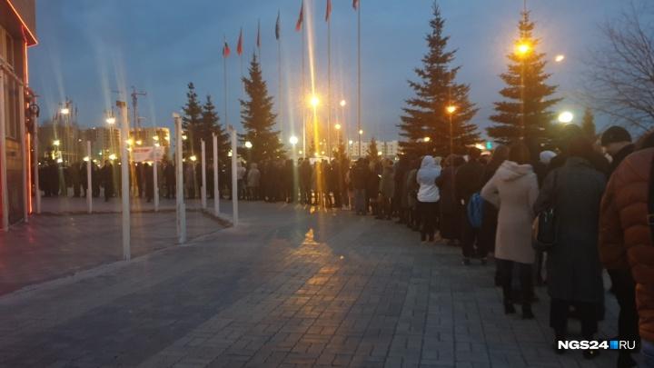 Огромная очередь из желающих попасть на концерт Джона Ньюмана выстроилась у «Сибири»