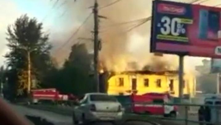 Вторая за месяц: на проспекте Кирова горела заброшенная двухэтажка рядом с ТЦ «Вива Лэнд»