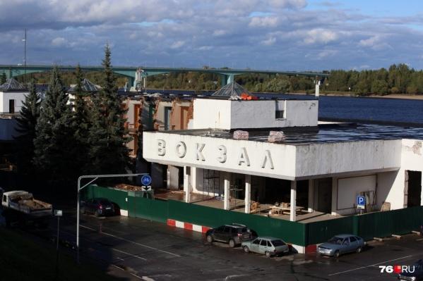 Со здания на Волжской набережной снимут буквы«речной вокзал»<br>
