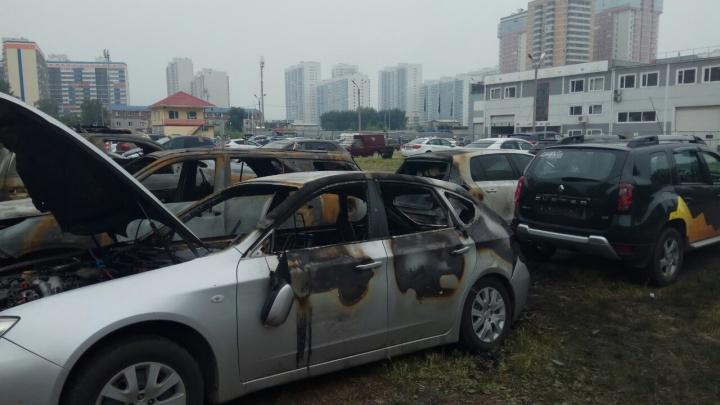 Три машины выгорели дотла, остальные — обгорели: кадры с ночного пожара на охраняемой стоянке