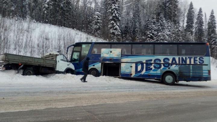 На трассе Полазна — Чусовой фургон врезался в рейсовый автобус