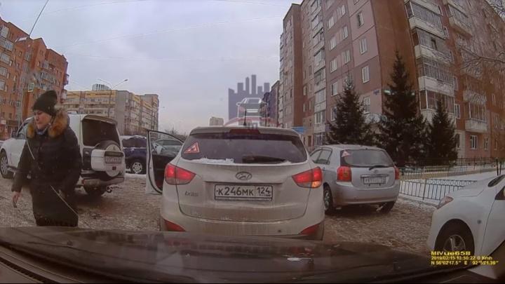 На «Взлётке» водитель заставил женщину уступить дорогу и был обвинен в плохих манерах